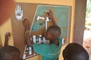 I bambini esplorano la nuova mappa tattile della loro scuola