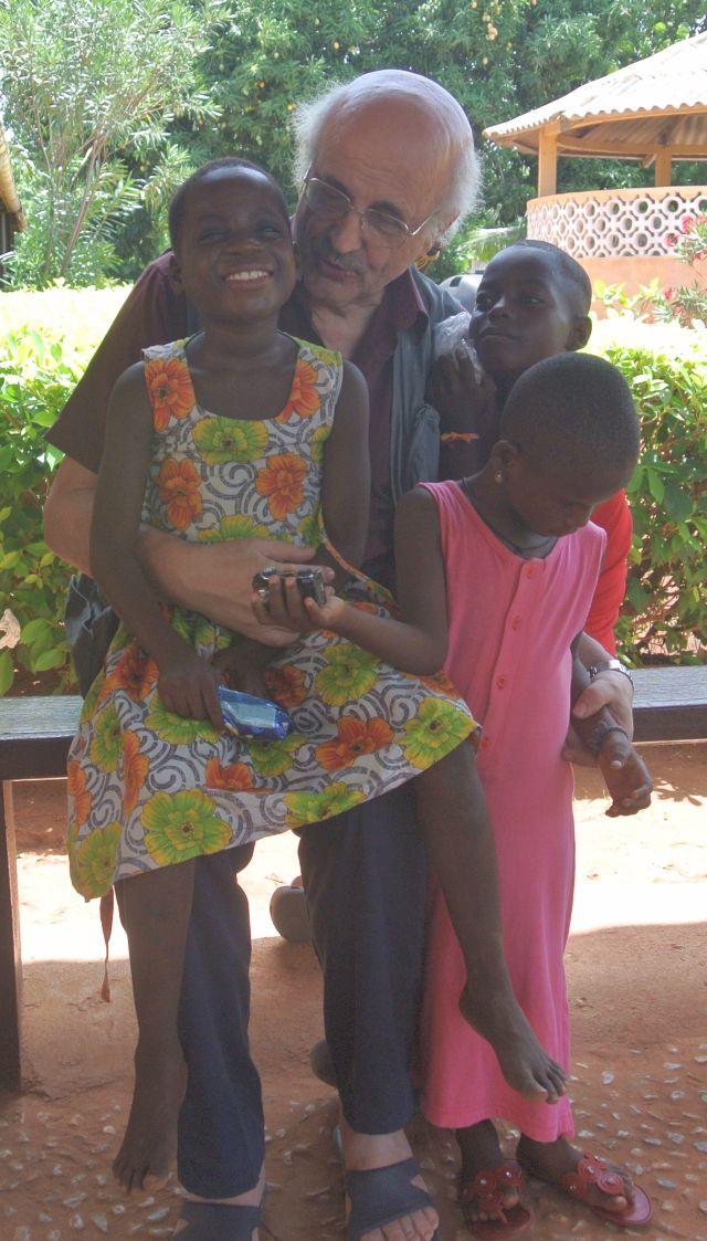 Flavio Fogarolo con i bambini di Togoville