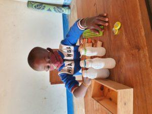 il piccolo Honoré svolge degli esercizi per affinare tatto e udito.