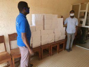 Gli operatori del nostro progetto con i pacchi di carta braille pronti per la spedizione in tutto il Togo.